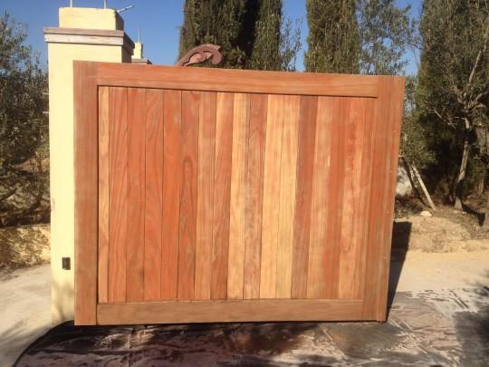 Aérogommage sur un portail en bois